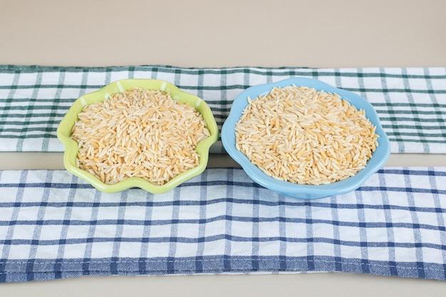 콘크리트에 세라믹 컵에 노란색 쌀 씨앗.