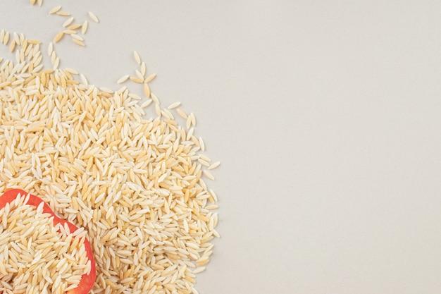 콘크리트 컵에 노란색 쌀 씨앗.