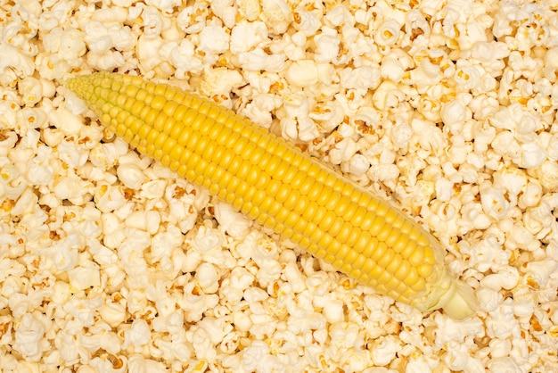 ポップコーンの山にトウモロコシの黄色の熟した耳。