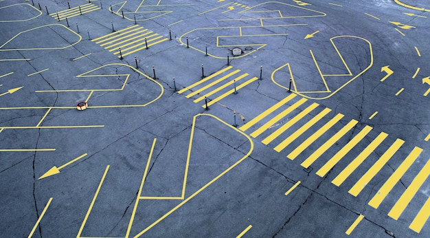 빈 회색 아스팔트 주차장에 노란색도 표시