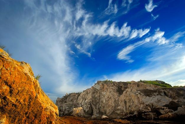 黄色の岩と雲の形成