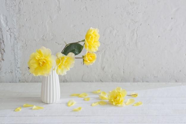 Желтые розы в белой вазе