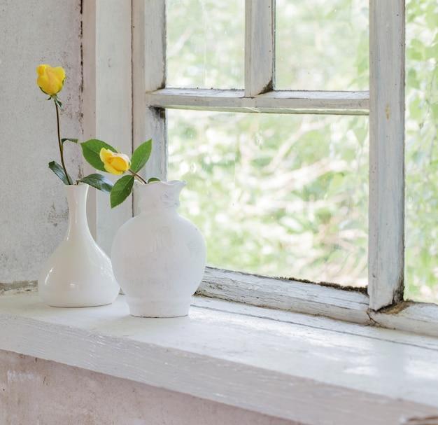 창턱에 노란 장미