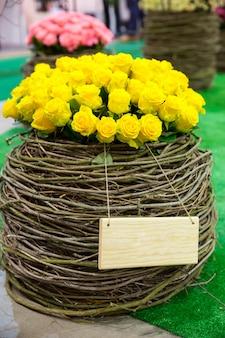 Желтые розы округлые в цветочном горшке