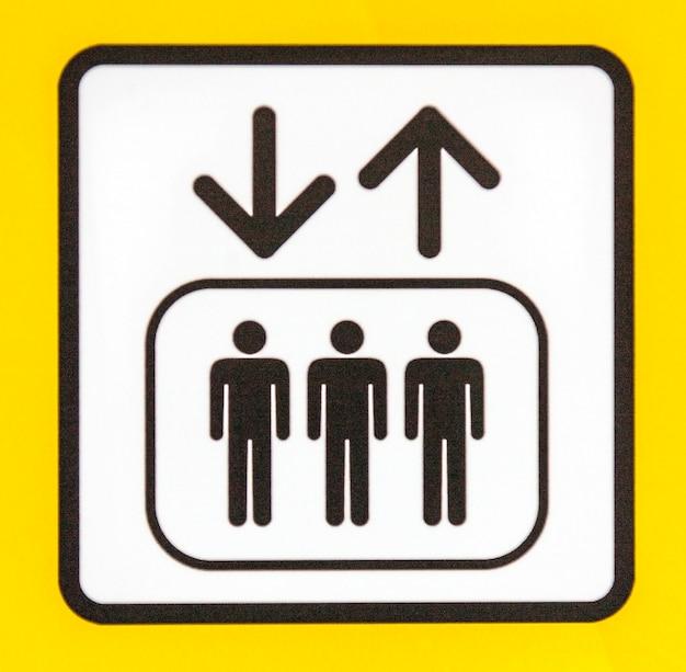 화살표와 사람들이 있는 노란색 안전 표지판.