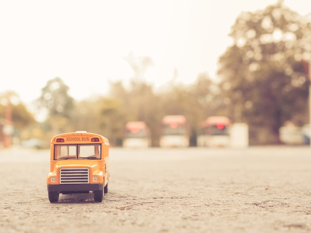 국가로에 노란색 스쿨 버스 플라스틱 및 금속 장난감 모델