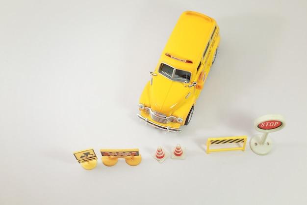交通のある黄色いスクールバスが交差点の標識です。