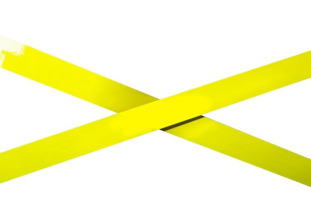 노란색 스카치 테이프는 십자가로 붙어 있습니다. 제한 구역, 금지.