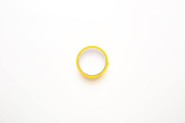 흰색 바탕에 노란색 스카치 테이프입니다. 접착 테이프. 평면도, 평면 누워.