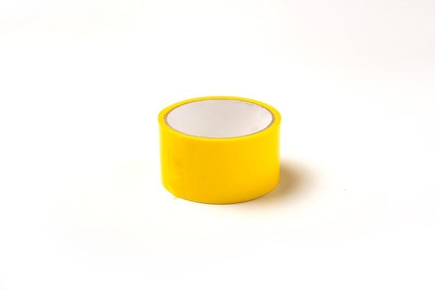 흰색 바탕에 노란색 스카치 테이프입니다. 접착 테이프. 평면도.