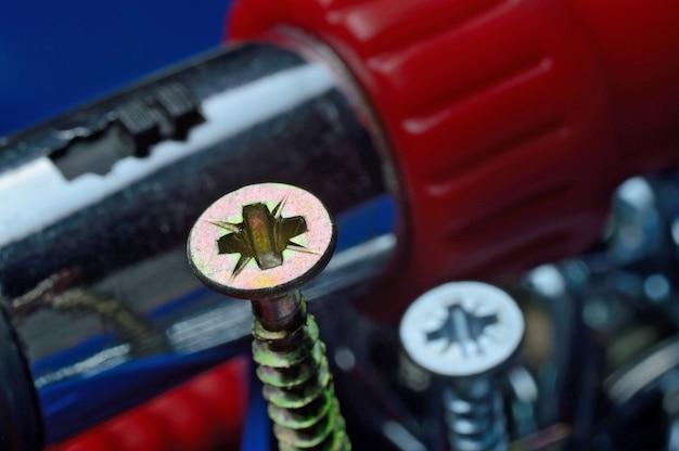 ドライバーでプラスチックの工具箱に黄色いネジ。閉じる。