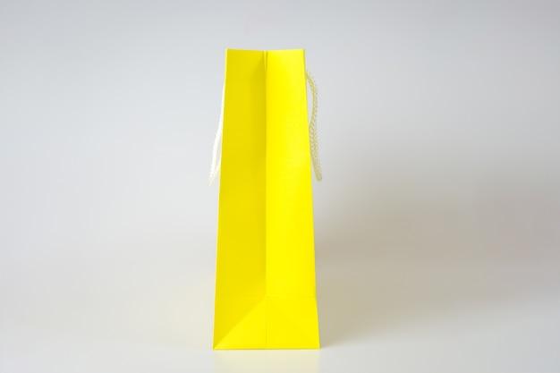 Желтый хозяйственная сумка один белый фон и скопировать место для обычного текста или продукта