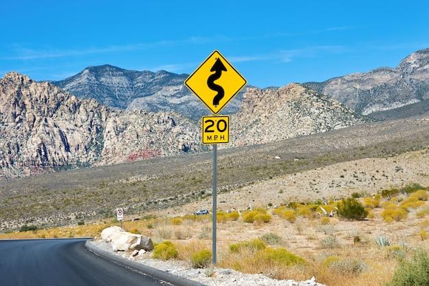 レッドロックキャニオン、ネバダ州、米国で黄色の看板