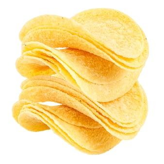白い背景のクローズアップで分離されたサワークリームと玉ねぎとポテトチップスの黄色のスライス