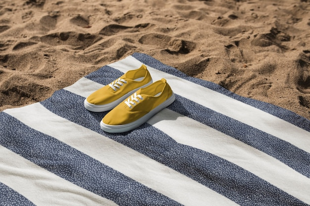 Sneakers gialle su telo mare summer vibes photography