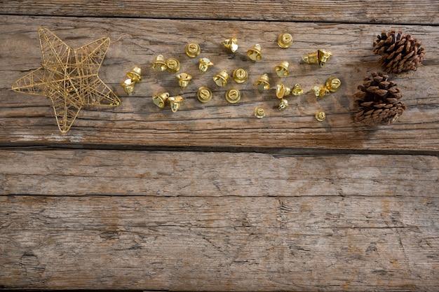 Stella gialla su un tavolo di legno