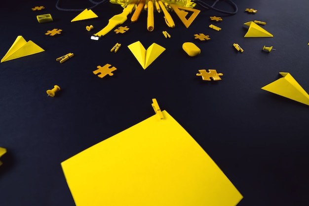 Желтые канцелярские товары на черном