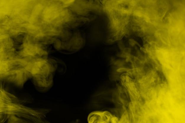 Желтый пар на черном фоне. скопируйте пространство.