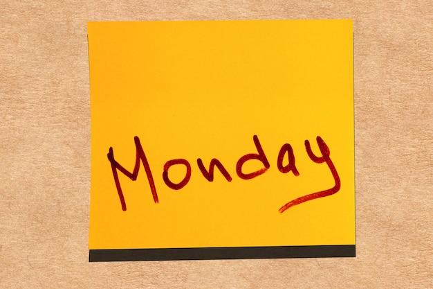 壁に黄色の粘着性の葉。月曜日の碑文マーカーワード