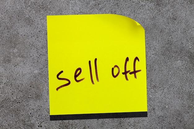 壁に黄色の粘着性の葉。碑文マーカーの単語は売り切れます