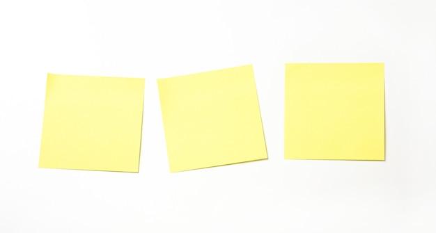 白い背景に分離された黄色の付箋。