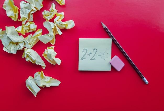 연필로 빨간색 배경에 노란색 스티커 메모 알림, 텍스트를 위한 빈 장소.