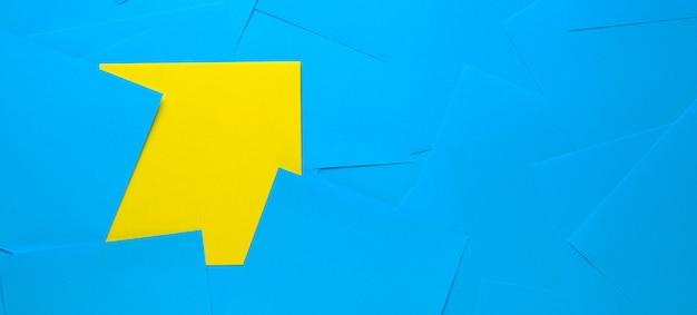 情報リマインダー用の黄色の粘着ステッカー。テキスト用のスペース。その隣には空の青いステッカーがあります。