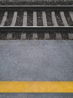 Желтая полоса на железнодорожной пассажирской платформе