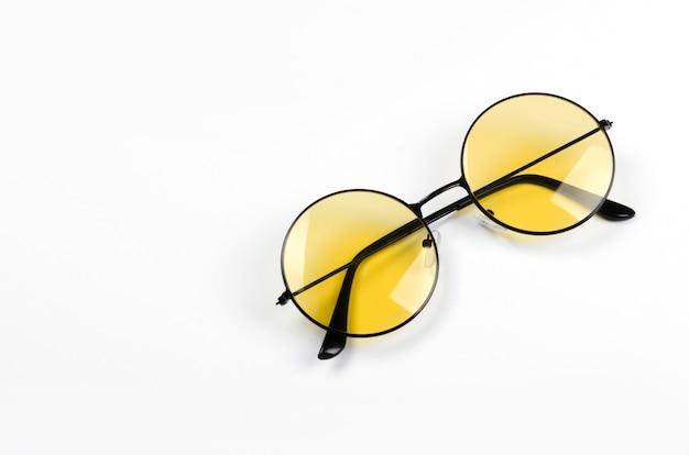 分離された黄色のスタイルのメガネ