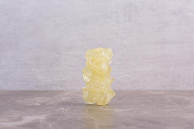노란색 설탕 캔디 대리석 테이블 .