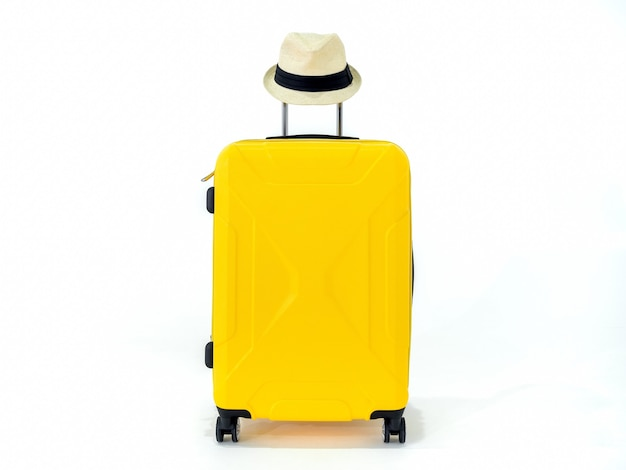 Желтый чемодан с соломенной шляпой, изолированные на белом.