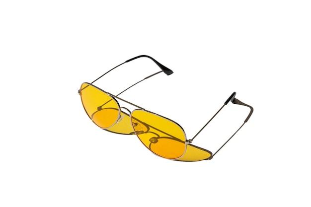 Желтые солнцезащитные очки изолировали жесткие тени от солнца