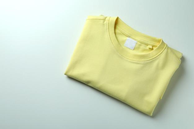 白い背景の上の黄色のスウェットシャツ