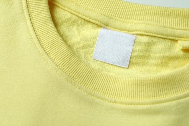 空白のラベルが付いた黄色のスウェットシャツ