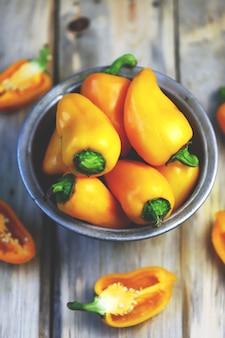 Желтые сладкие перцы в миске. осенние овощи.