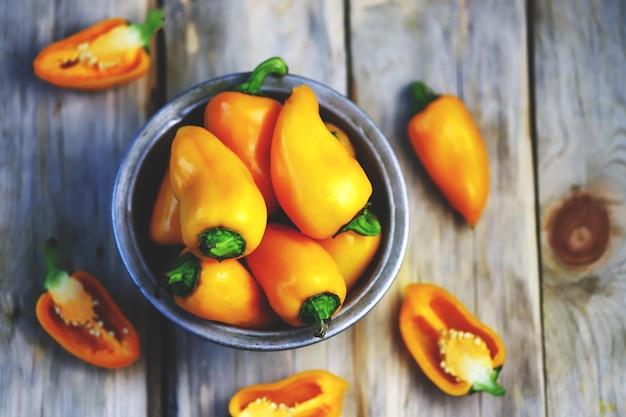 Желтые сладкие перцы в миске.