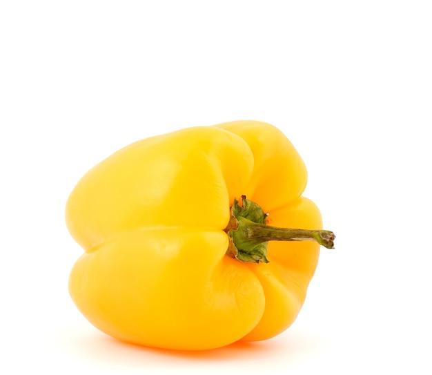 Желтый сладкий перец на белом фоне