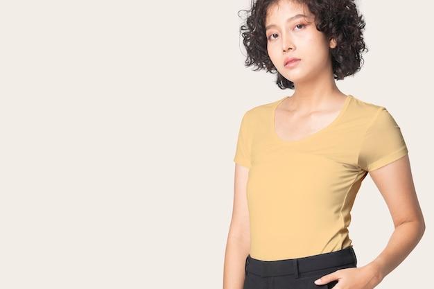 デザインスペースの女性のカジュアルアパレルと黄色のtシャツ 無料写真