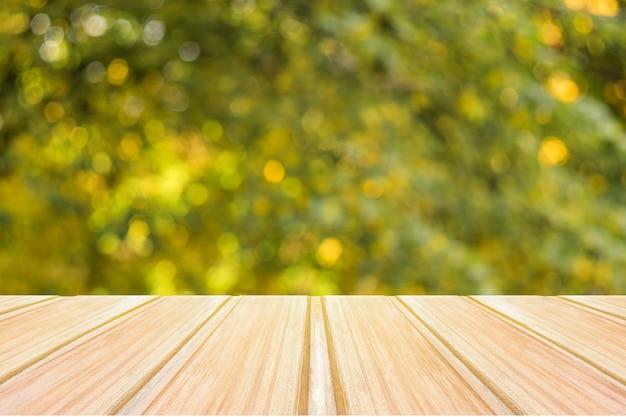 秋の背景をぼかした写真の黄色のテーブルは、製品の表示または取り付けに使用できます。