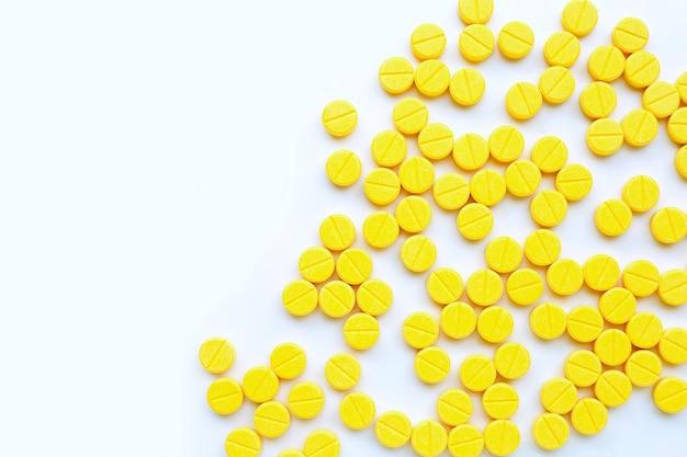 흰색 배경에 paracetamol의 노란색 정제입니다.