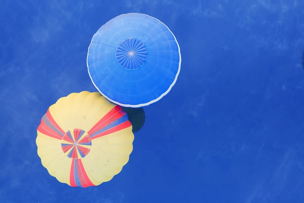 青い水の上に黄色のタブロイド風船、上からの眺め、ドローンの射撃。