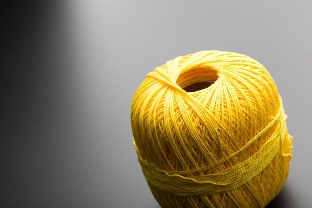 뜨개질 실의 노란색 엉킴