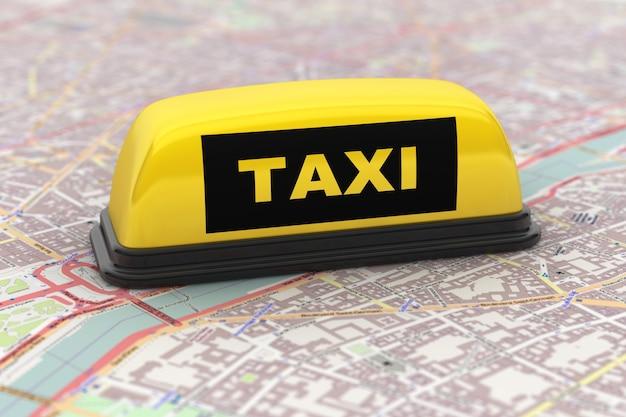 Желтый знак на крыше автомобиля такси над картой города