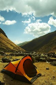 Желтая палатка в горах