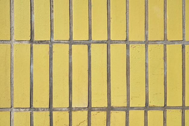 黄色のタイル壁をクローズアップ