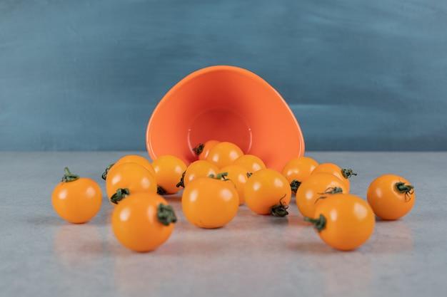 돌 표면에 고립 된 노란 토마토