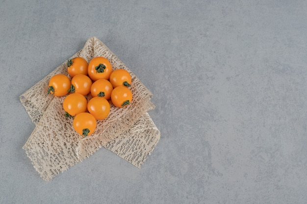 Pomodori gialli isolati su superficie di pietra
