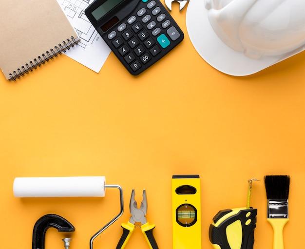 Желтый набор инструментов и калькулятор с копией пространства