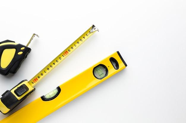 Желтые инструменты с копией пространства