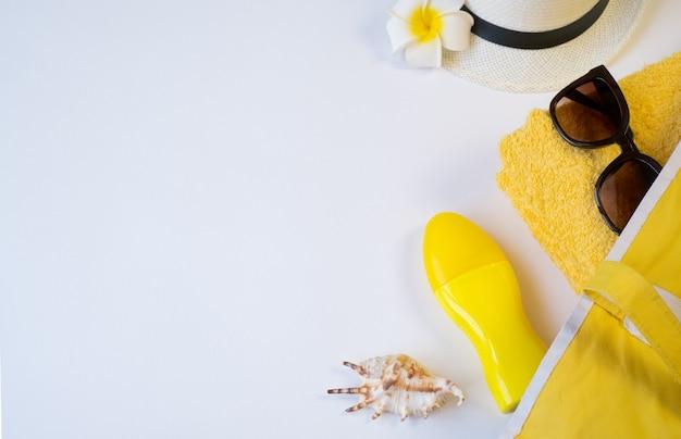 흰색 바탕에 노란색 수건, 선글라스, 자외선 차단제, 조개, 꽃, 모자